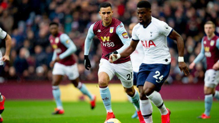 Indosport - Suasana pertandingan Aston Villa vs Tottenham Hotspur.