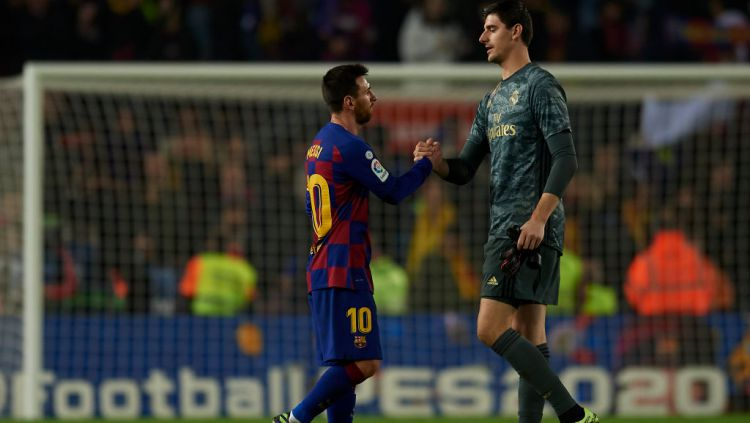 Thibaut Courtois bersama dengan Lionel Messi dalam El Clasico Barcelona vs Real Madrid Copyright: © Jose Breton/Pics Action/NurPhoto via Getty Images
