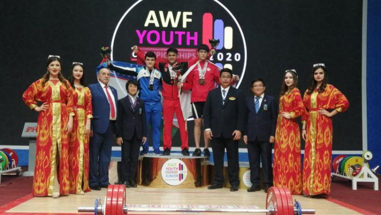 Rizky Juniansyah berhasil memecahkan rekor dunia di Kejuaran Angkat Besi Asia 2020. Copyright: © Antaranews