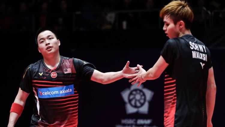 Aaron Chia (kiri) mendukung Thailand jadi tuan rumah turnamen bulutangkis Asia Open. Copyright: © Shi Tang/Getty Images