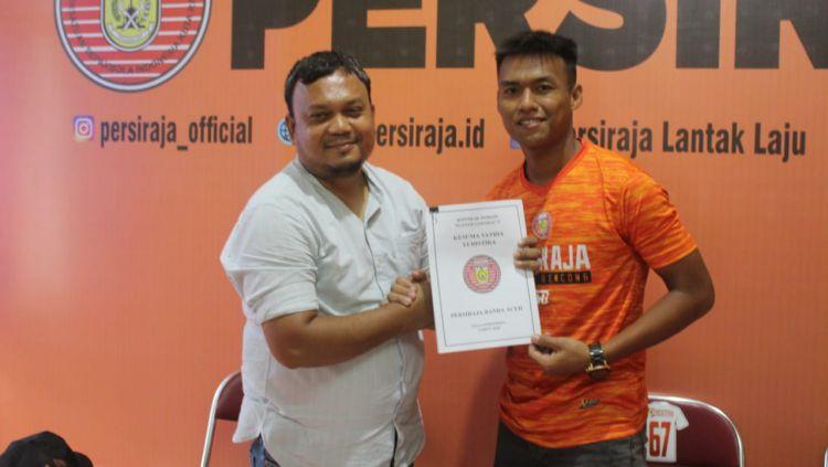 Sekum Persiraja, Rahmat Djailani (kiri), foto dengan pemain anyar Persiraja eks PSMS Medan, Kesuma Satria Yudhistira (kanan). Copyright: © Media Persiraja