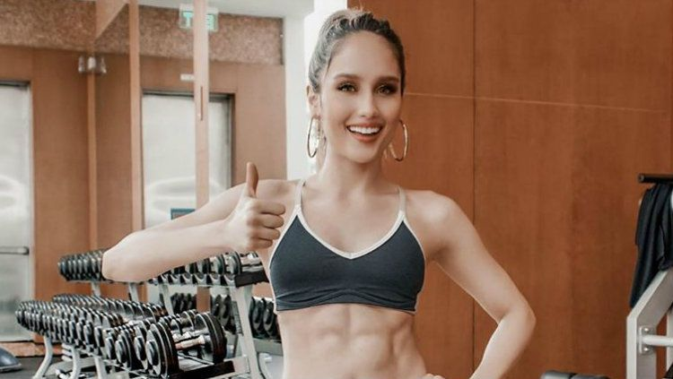 Cinta Laura mendapat pelajaran penting tentang pentingnya olahraga ketika berkunjung ke gym Deddy Corbuzier. Copyright: © Instagram/Cinta Laura