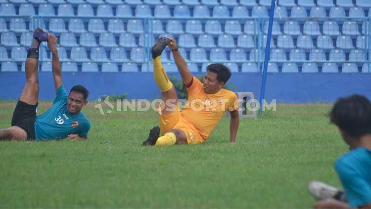 Pelatih fisik Sriwijaya FC, Ananto, saat memimpin latihan tim menjelang kick-off Liga 2 2020 di Palembang. Copyright: © Muhammad Effendi/INDOSPORT