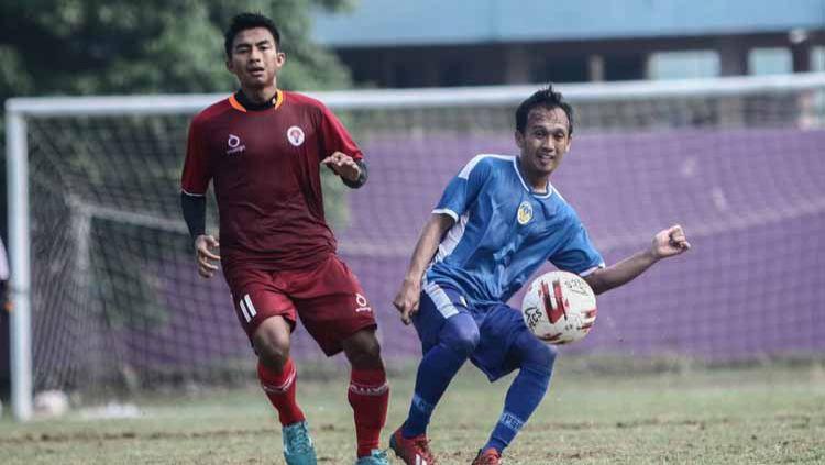 Gelandang PSIM Yogyakarta, Ichsan Pratama melepas umpan dalam uji coba melawan Timnas PPLM Indonesia di Lapangan Dwi Windu, Bantul, Jumat (21/02/20). PSIM menang 2-0. Copyright: © Media PSIM