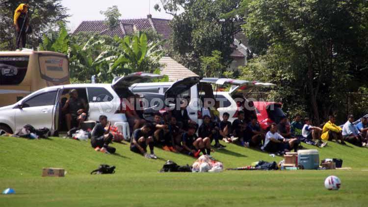 Tidak ada bench pemain, para staff oficial dan pemain PSIS memanfaatkan mobil dalam laga lawan Sriwijaya FC. Copyright: © Alvin Syaptia Pratama/INDOSPORT