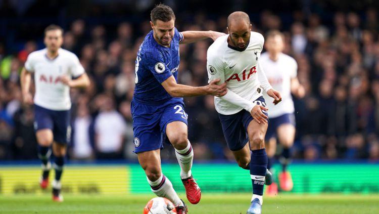 Cesar Azpilicueta mencoba menghentikan Lucas Moura dalam laga Chelsea vs Tottenham Copyright: © John Walton/PA Images via Getty Images