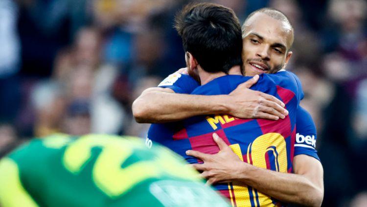 Lionel Messi memeluk Martin Braithwaite dalam laga Barcelona vs Eibar Copyright: © David S. Bustamante/Soccrates/Getty Images