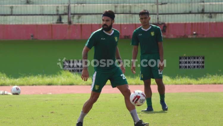 Dua pemain asing klub Liga 1 Persebaya Surabaya, Aryn Williams dan Mahmoud Eid, sudah kembali berlatih bersama tim. Copyright: © Copyright Fitra Herdian/Indosport