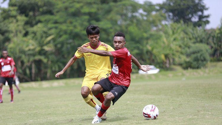 Pemain Persipura Jayapura yang kini dipinjamkan ke Lampang FC, Todd Rivaldo Ferre, mendapat pujian dari Machado da Silva Junior. Copyright: © Media Persipura