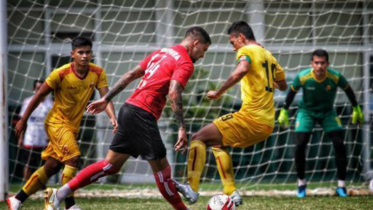 Tak terima disudutkan karena meninju kapten Sriwijaya FC (Ambrizal), bek asing Persipura Jayapura, Arthur Cunha beri klarifikasi. Copyright: © Instagram Astara Photograph