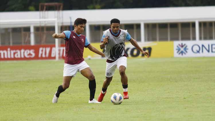 Dua pemain PSM Makassar, Ahmad Agung dan Osas Saha, saling berebut bola saat latihan di Stadion Madya Senayan, Jakarta, Selasa (25/02/20). Copyright: © Media Officer PSM Makassar