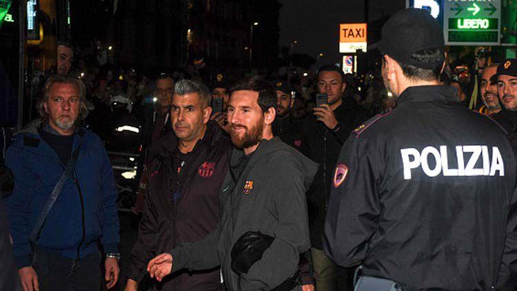 Pemain megabintang Barcelona, Lionel Messi diamankan oleh pihak kepolisian jelang lawan Napoli di babak 16 besar Liga Champions 2019-2020 leg yang pertama di San Paolo. Copyright: © Kontrolab/GettyImages