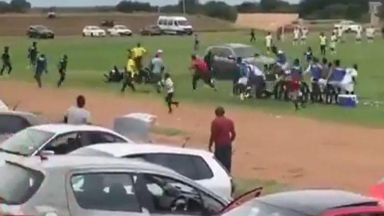 Suporter sepak bola di Afrika ngamuk dan ingin menabrak wasit dan orang-orang sekitar. Copyright: © Dineo Diphoko/Twitter