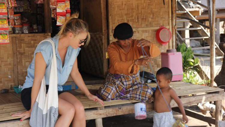 Petenis Maria Sharapova saat berlibur ke Indonesia beberapa waktu lalu dan dihibur oleh seorang bocah asal NTB. Copyright: © Facebook/Maria Sharapova