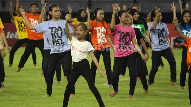 Kompetisi kasta tertinggi di Indonesia Liga 1 2020 telah resmi dibuka, dengan bergoyang Tiktok dan membuat heboh media Malaysia. Copyright: © Fitra Herdian/INDOSPORT