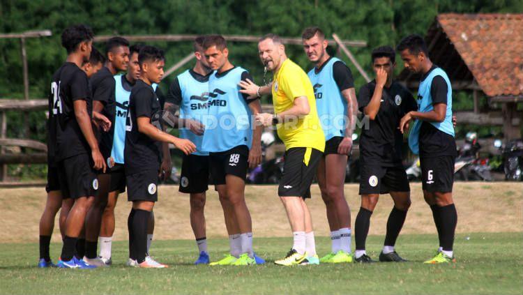 Dejan Antonic memimpin sesi latihan klub Liga 1, PSS Sleman. Copyright: © Ronald Seger Prabowo/INDOSPORT