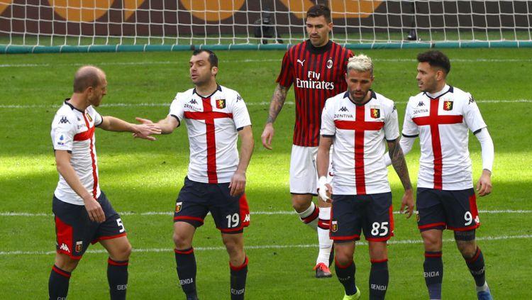 Pemain Genoa, Goran Pandev (kiri) merayakan golnya ke gawang AC Milan Copyright: © Marco Luzzani/Getty Images