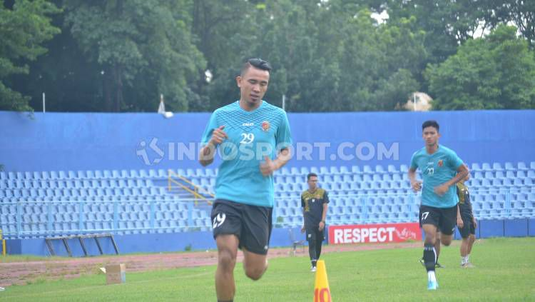 Striker klub Liga 2 Sriwijaya FC, Rudiyana, tengah menjalani latihan fisik. Copyright: © Effendi/INDOSPORT