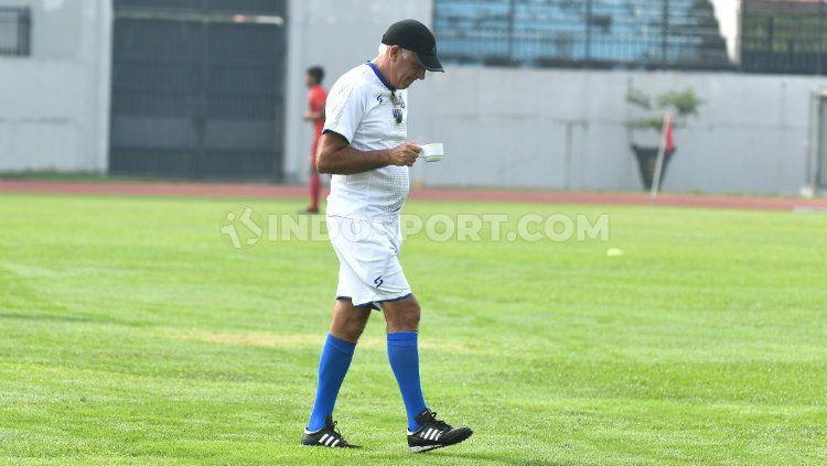 Mario Gomez memimpin official training Arema FC sambil menyeruput kopi. Copyright: © Alvin Syaptia Pratama/INDOSPORT