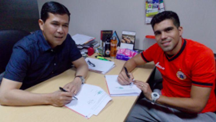 Fabiano Beltrame (kanan) saat bergabung dengan Persija Jakarta.  Copyright: ©