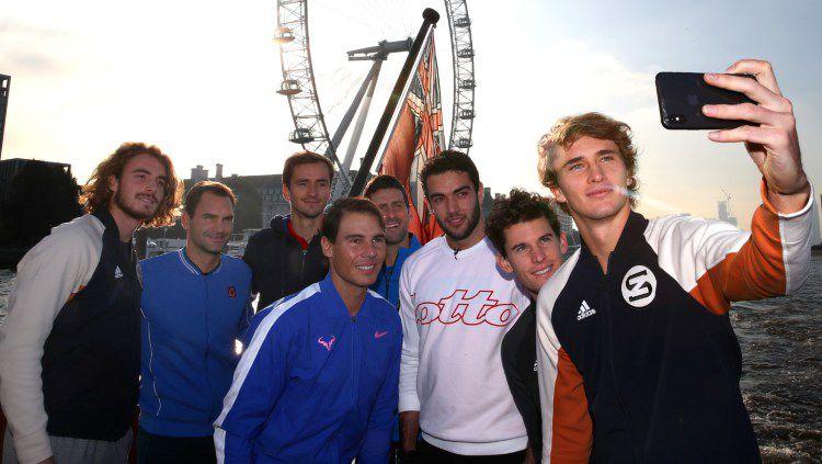 Alexander Zverev, Rafael Nadal, Roger Federer, Novak Djokovic dan petenis top lainnya selfie bareng. Copyright: © Clive Brunskill/Getty Images