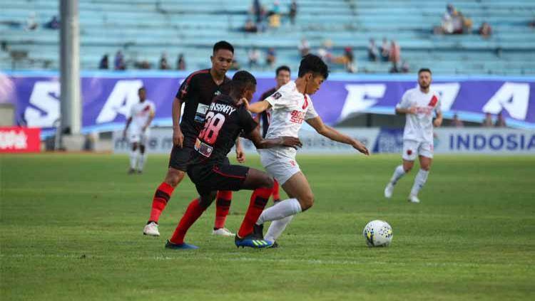 Pemain klub Liga 1 PSM Makassar, Aji Kurniawan (putih), mencoba melewati hadangan pemain Persipura Jayapura. Copyright: © Official PSM Makassar