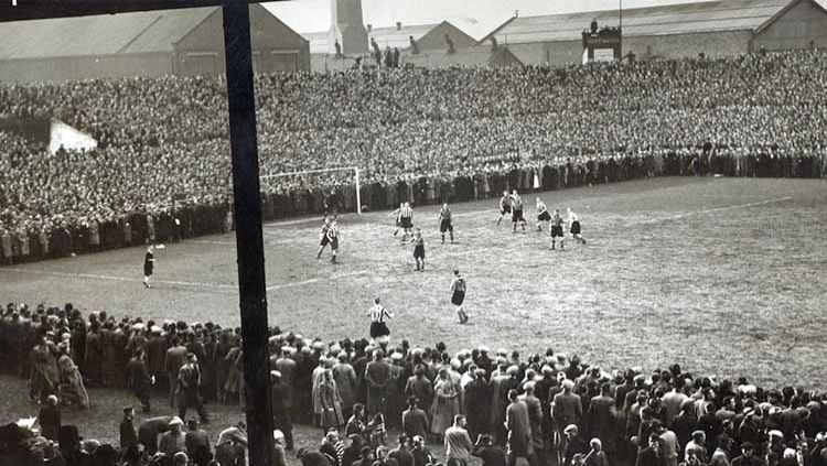 Laga Grimsby Town vs Wolves di Stadion Old Trafford pada semifinal FA Cup 1939. Copyright: © grimsby-townfc.co.uk
