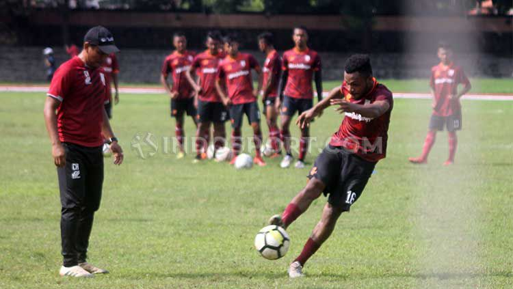 Gelandang Persis Yan Pieter Nasadit melepas tendangan dalam latihan di Stadion Sriwedari. Copyright: © Ronald Seger Prabowo/INDOSPORT