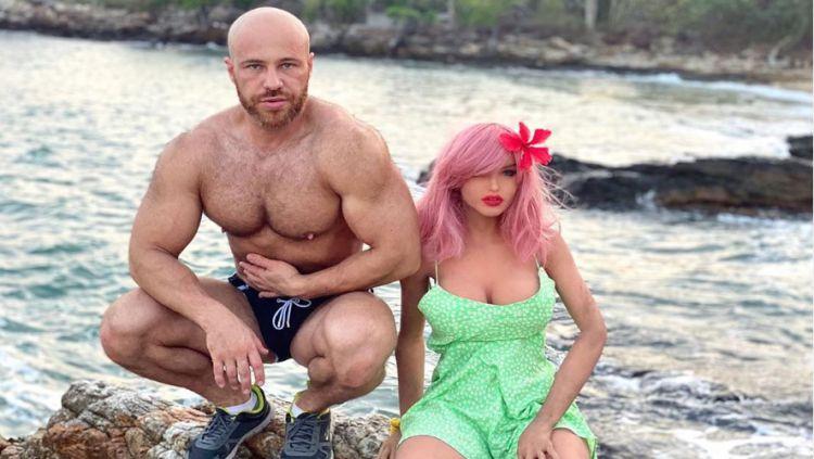 Binaraga asal Kazakhstan, Yuri Tolochko dan istrinya, Margo yang merupakan boneka seks. Copyright: © Instagram Yuri Tolochko