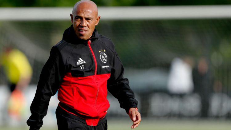 Simon Tahamata, sosoknya ternyata merupakan winger keturunan Indonesia dan kini tenar sebagai legenda Ajax Amsterdam serta Timnas Belanda. Copyright: © Soccrates/Getty Images