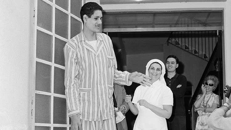 Mengenal Suleiman Ali Nashnush, orang yang punya rekor sebagai pemain basket tertinggi di dunia sepanjang masa. Copyright: © Bettmann/GETTY IMAGES