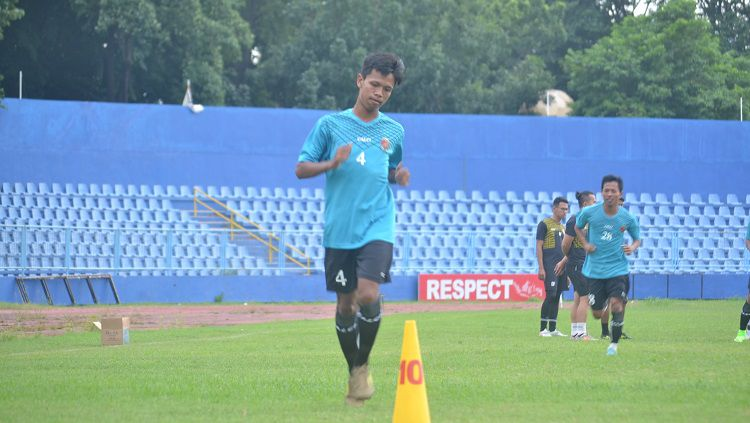 Gelandang Sriwijaya FC, Alvin, melakukan pemanasan ketika timnya belum libur. Copyright: © Muhammad Effendi/INDOSPORT