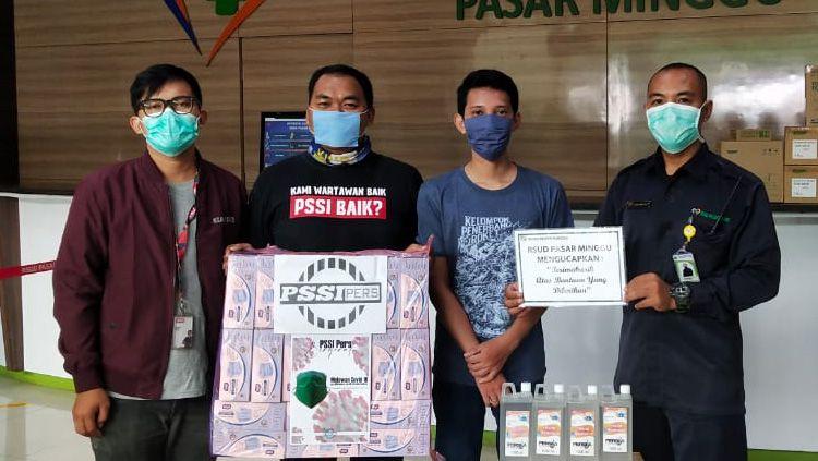 PSSI Pers menyumbang 1000 masker dan 50 liter hand sanitizer ke Rumah Sakit Umum Daerah (RSUD) Pasar Minggu yang tengah berjuang melawan virus corona. Copyright: © PSSI Pers