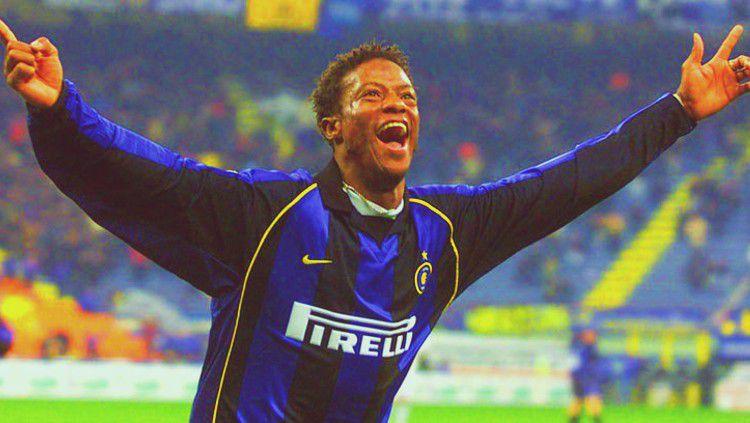 Mohamed Kallon, bomber yang pernah memperkuat Inter Milan ini, merasakan betul pengalaman pahit menjadi korban kemunafikan pelatihnya sendiri, Hector Cuper. Copyright: © www.inter.it