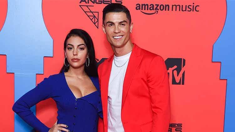 Georgina Rodriguez bersama sang kekasih, Cristiano Ronaldo saat menghadiri acara MTV Emma's 2019. Copyright: © Stephane Cardinal/Getty Images
