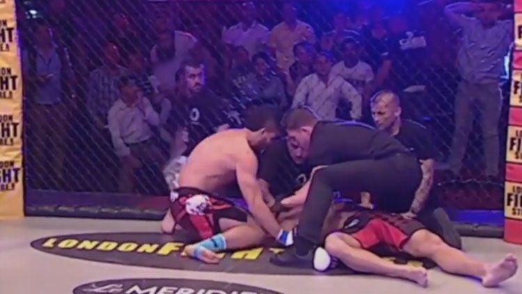 Petarung Mixed Martial Arts (MMA), Najim Mamkegh nyaris tewas lantaran mendapatkan serangan berupa teknik kuncian dari lawannya, Houthaifa Gdouda Copyright: © MMAJunkie
