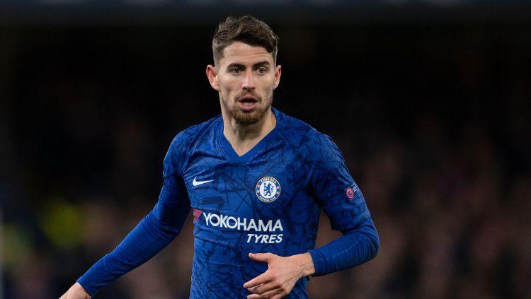Raksasa sepak bola Liga Inggris, Chelsea, dikabarkan sudah setuju melepas pemain mereka, Jorginho, ke Arsenal di bursa transfer musim panas 2020. Copyright: © Visionhaus/GettyImages