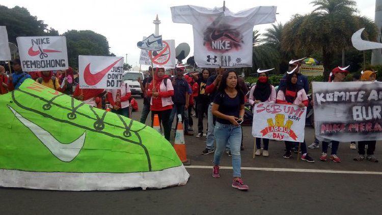 Para buruh sepatu Nike menyampaikan tuntutannya pada Hari Buruh. Copyright: © AntaraNews