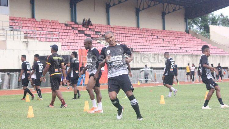 Skuat  klub Liga 1 Persipura Jayapura belum mendapatkan lampu hijau dari manajemen, perihal waktu pastinya mereka akan berkumpul kembali. Copyright: © Sujarwo/INDOSPORT