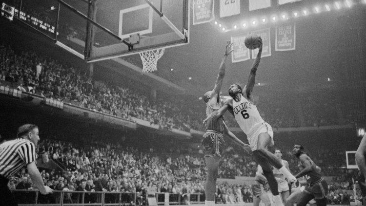 Bill Russell (kanan), legenda NBA milik Boston Celtics saat masih aktif bermain mahir dalam duel udara saat ingin memasukkan bola. Copyright: © Bettman/GettyImages