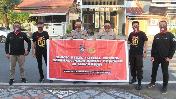 Aksi kemanusiaan Black Steel FC di Kota Makassar. Copyright: © Media Black Steel FC