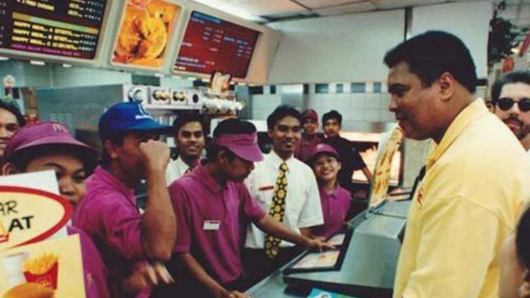 Petinju Muhammad Ali saat datang ke McDonald's Sarinah dan traktir 100 warga Jakarta. Copyright: © Global Village Champions