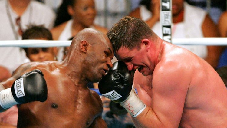 Mike Tyson vs Kevin McBride dalam pertandingan tinju. Copyright: © Jamie Squire/Getty Images