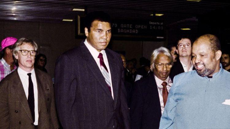Mari simak bagaimana kisah legenda tinju Muhammad Ali yang melakukan jihad ke Irak dan malah berujung sebuah 'pengkhianatan' untuk Amerika Serikat. Copyright: © Rabih Moghrabi/AFP via Getty Images