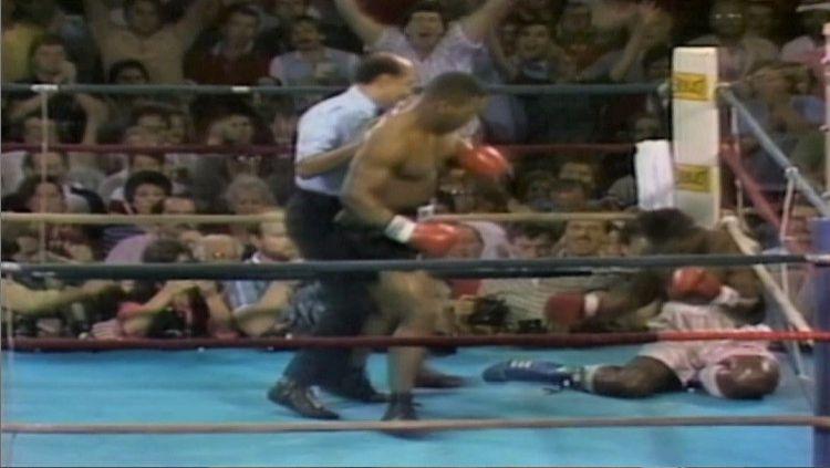 Pertandingan tinju kelas berat Mike Tyson vs Marvis Frazier, 26 Juli 1986. Copyright: © pinterest.nz/boxinghallfame