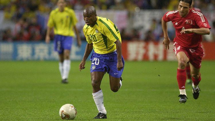 Edilson saat membela Timnas Brasil di Piala Dunia 2002 Copyright: © Stu Forster/Getty Images
