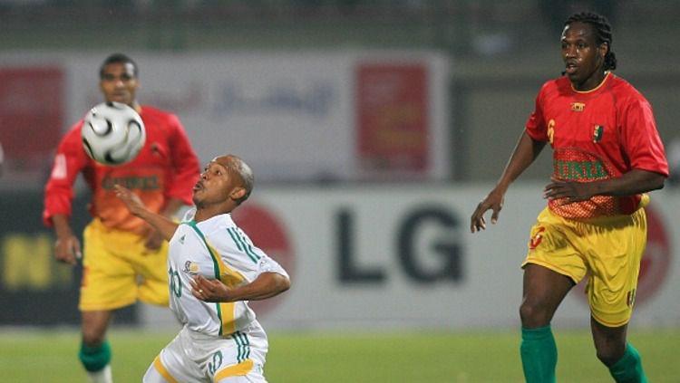 Benedict Vilakazi (kiri), mantan pemain Timnas Afrika Selatan. Copyright: © Liewig Christian/GettyImages