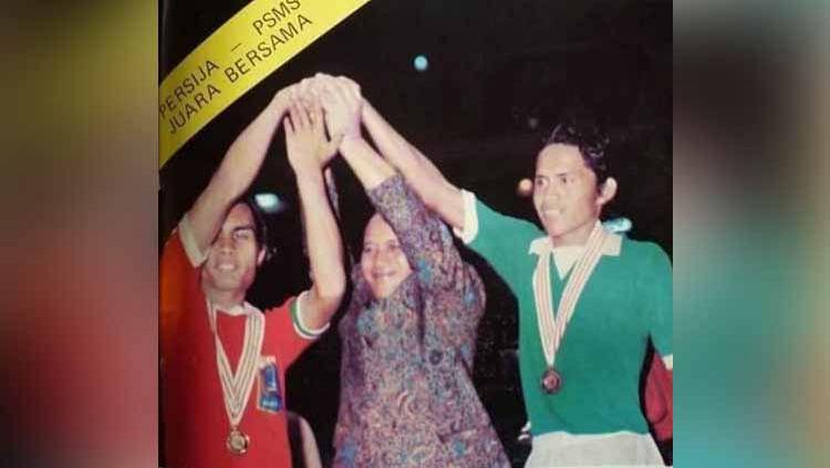 Ketua Umum PSSI Bardosono (tengah) menggenggam tangan kapten kedua tim, Yuswardi (PSMS/kanan) dan Oyong Liza (Persija/kiri), usai kedua tim ditetapkan sebagai juara bersama Perserikatan 1975. Copyright: © Dok. Indra Efendi Rangkuti