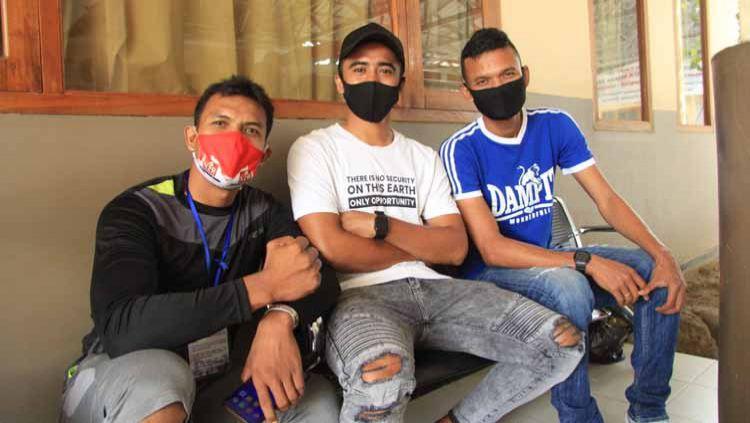Penyerahan bantuan medis berupa APD di RS Hasta Husada Kepanjen, Kabupaten Malang dari hasil lelang jersey yang digelar Dokjreng FC. Copyright: © Dokumentasi Dokjreng FC