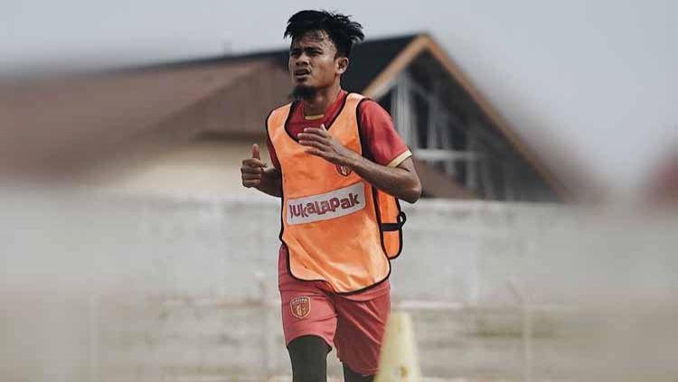Pemain klub Liga 2 2020 Badak Lampung FC, Wiganda Pradika, mengaku rindu akan kue lebaran buatan sang ibu, khususnya kue nastar. Copyright: © Instagram@Badak Lampung FC
